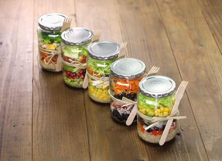pote: ensalada homemade en frasco de vidrio