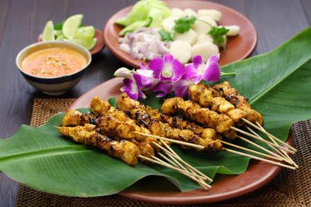 cacahuate: satay de pollo, Ayam sate y lontong con salsa de maní, cocina pincho indonesio Foto de archivo