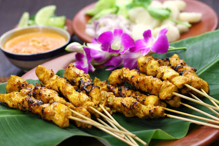 brochetas de frutas: satay de pollo, Ayam sate y lontong con salsa de maní, cocina pincho indonesio Foto de archivo