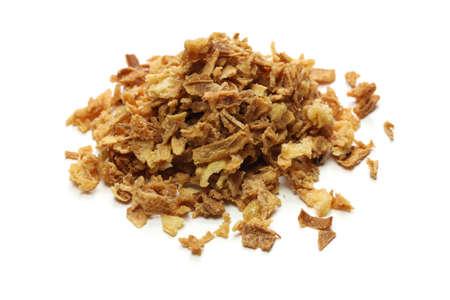 흰색 배경에 파 삭 파삭 한 튀긴 된 양파 부스러기