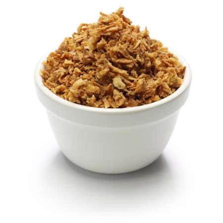 CEBOLLA: crujientes hojuelas de cebolla fritos en el fondo blanco