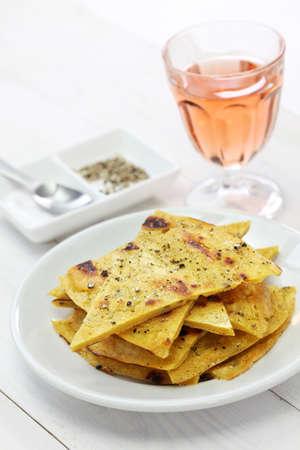 socca: socca, farinata, ceci pancake con i vini rosati Archivio Fotografico