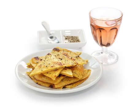 socca: socca, farinata, ceci frittelle con vino rose su sfondo bianco
