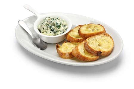 アーティ チョークのほうれん草ディップ健康的なベジタリアンの料理が白い背景で隔離