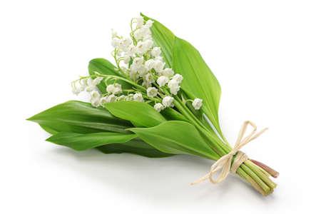 白い背景で隔離のスズランの花束