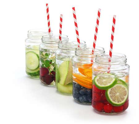 water glass: Acqua Detox su bianco Corpo sfondo detergere e bruciare i grassi