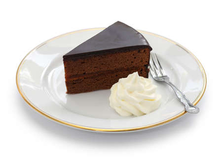 rebanada de pastel: sachertorte casera pastel de chocolate de Austria aisladas sobre fondo blanco Foto de archivo