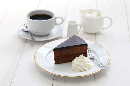 zelfgemaakte Sachertorte Oostenrijkse chocolade cake en koffie Stockfoto