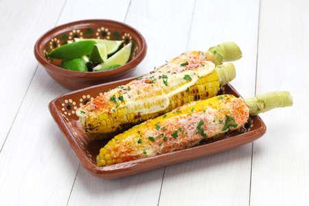 Elote Mexicaanse gegrilde maïs gerecht Stockfoto