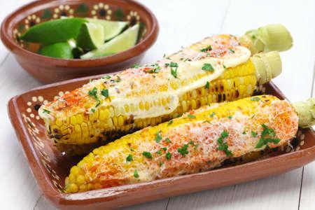 Elote Mexicaanse gegrilde maïs gerecht Stockfoto - 41855805