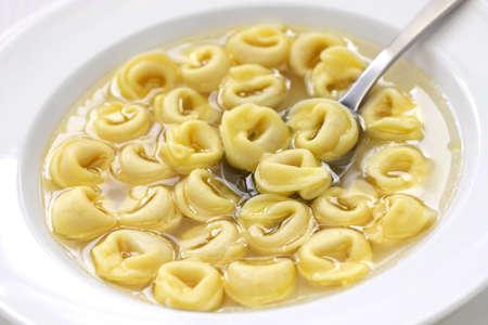brodo、スープは、イタリアのエミリア ・ ロマーニャ州でリング状パスタ トルテリーニ スープ料理 写真素材