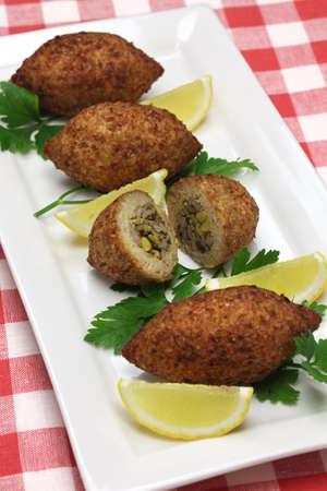comida arabe: kibbeh casera, comida oriental, croqueta frito con bulgur y cordero picada Foto de archivo