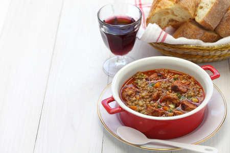 lenteja: lentejas y chorizo ??sopa, cocina espa�ola, lentejas con chorizo