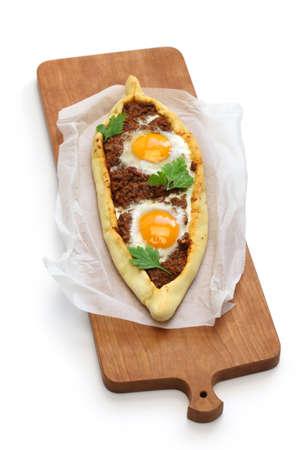 carne picada: Pide del pica la carne, pizza tradicional turco aislado en fondo blanco Foto de archivo