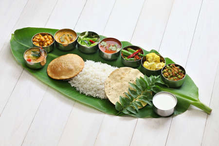 comidas: comidas servidas en hoja de plátano, cocina india sur tradicional