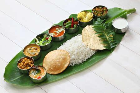 еда: блюда подаются на банановых листьев, традиционный Южной Индии кухни