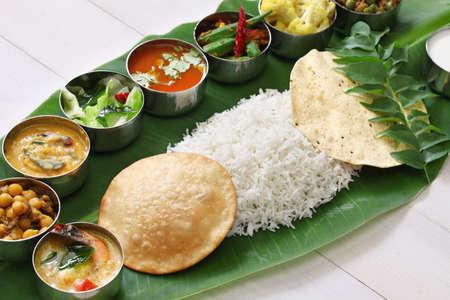 plato de comida: comidas servidas en hoja de pl�tano, cocina india sur tradicional