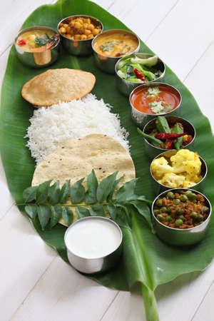 comidas: comidas indias sur en hoja de plátano