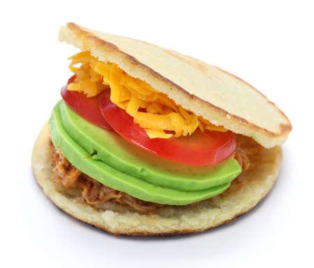 comida colombiana: arepas caseras, comida venezolana-colombiana aislados sobre fondo blanco