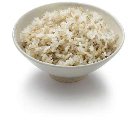 arroz blanco: cebada y arroz hervido aislado en fondo blanco Foto de archivo