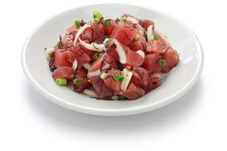 picada: hawaiano ensalada de atún crudo, Ahi Poke Foto de archivo