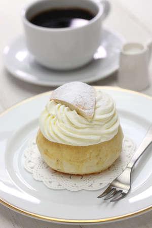 bollos: semla casera, pan dulce sueco y taza de café