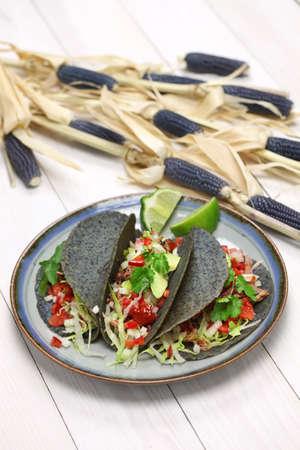 comida gourmet: tacos de tortilla de ma�z azul caseros y comida mexicana Foto de archivo
