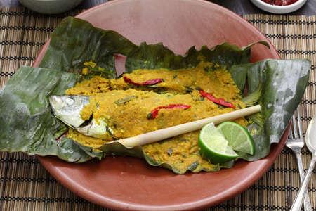 tamarindo: Pepes Ikan, cocina indonesia, pescado al vapor envuelto en hojas de plátano Foto de archivo