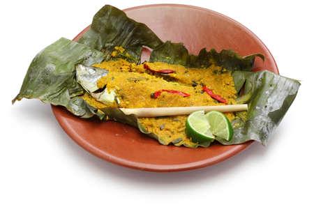 tamarindo: Pepes ikan, cocina indonesia, pescado al vapor envuelto en hojas de plátano aislados sobre fondo blanco
