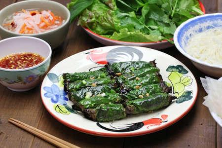 carne asada: carne picada de vacuno a la parrilla envuelto en hoja de betel, cocina vietnamita