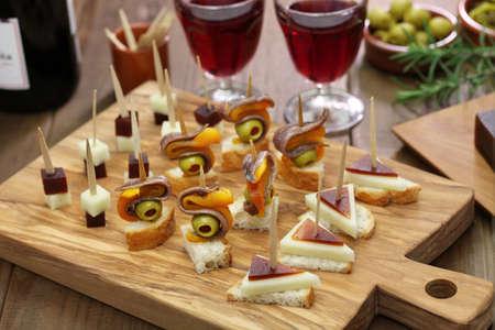 Tapas finger food di partito, pinchos, tartine spagnolo Archivio Fotografico - 49826404