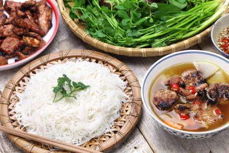 Bun Cha, tagliatelle alla griglia di maiale di riso e erbe e cucina vietnamita Archivio Fotografico - 51246519