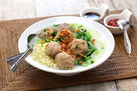 국수, bakso 및 indonesian 요리를 가진 미트볼 수프