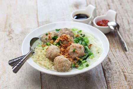gehaktbal soep met noedels, bakso en Indonesische keuken