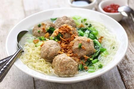 gehaktbal soep met noedels, bakso en Indonesische keuken Stockfoto