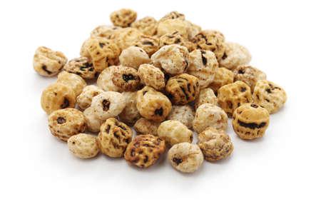 Тигровые орехи, испанский Chufa, суперпродуктов на белом фоне Фото со стока