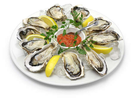 ostra: ostras frescas placa aislada en el fondo blanco