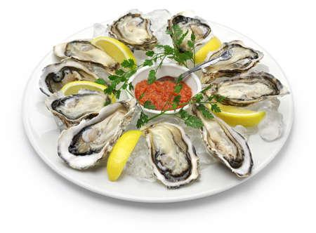 Plaque fraîche huîtres isolé sur fond blanc Banque d'images - 52381934
