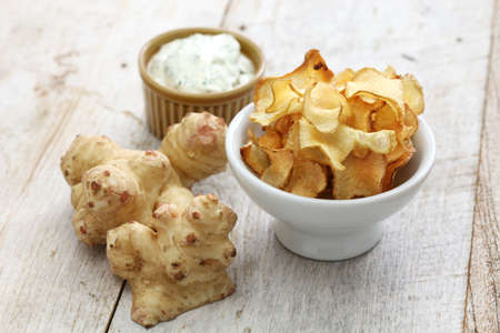 homemade jerusalem artichoke chips with dipping sauce Standard-Bild