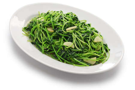 stir fried pea shoots with garlic, chinese cuisine Foto de archivo