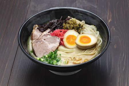 Japoński ramen tonkotsu i kości wieprzowe makaron bulion