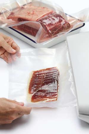 Conservation de la viande fraîche et jambon cru dans un scellant à vide Banque d'images - 54144972