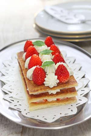 pasteleria francesa: casera de fresa Hojaldre, pastel de Napoleón, pastelería francés Foto de archivo