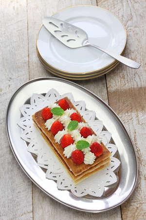 french pastry: casera de fresa Hojaldre, pastel de Napole�n, pasteler�a franc�s Foto de archivo