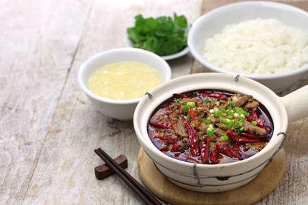arroz chino: Shuizhu, Shui Zhu, carne en rodajas en aceite de chile picante, la cocina china de Sichuan Foto de archivo