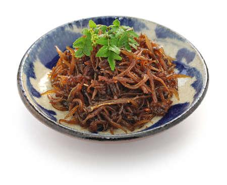plato de pescado: sin ikanago kugini, sand lance japonés a fuego lento en salsa de soja y mirin