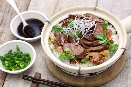 saucisse: cuisine cantonaise, saucisse chinoise et de poulet avec du riz dans un pot d'argile