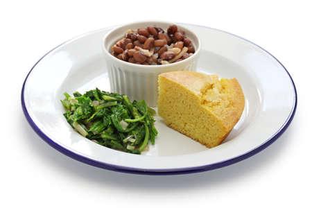 rebanada de pastel: frijoles y verduras con pan de maíz, la cocina del sur