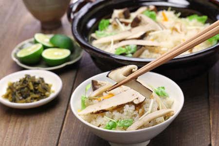 hongo: Matsutake gohan, arroz cocinado con setas matsutake, comida japonesa Foto de archivo