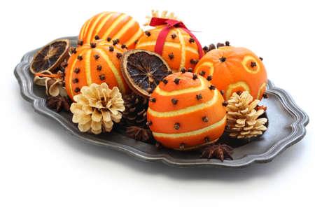 las bolas de color naranja pomander clavo, decoración de Navidad hecha a mano